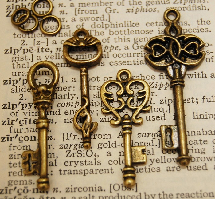 16  Pcs Vintage Style Antiqued Key Charms Mixed Styles...8 Matching Jump Rings